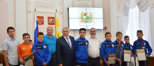 Футболисты детского клуба «Космос» получили отградоначальника благодарственные письма иподарки
