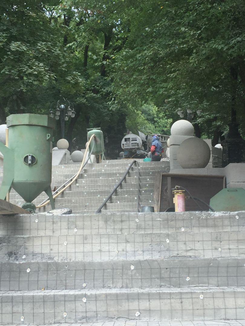 Ступени лестницы в Курортном парке Железноводска сделают из травертина