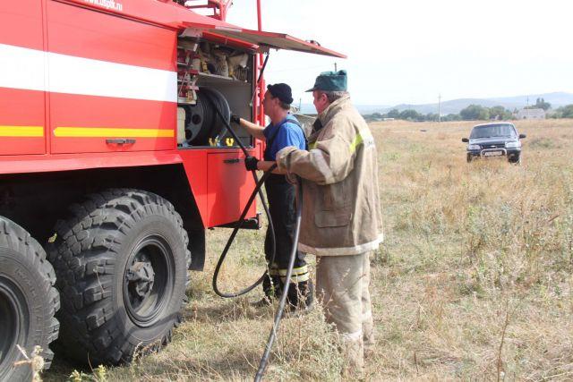 Ставропольские пожарные тушат возгорания сухой растительности