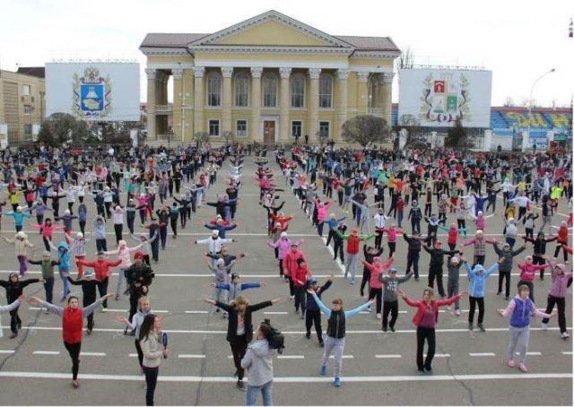 Две тысячи школьников вышли на массовую зарядку в Ставрополе