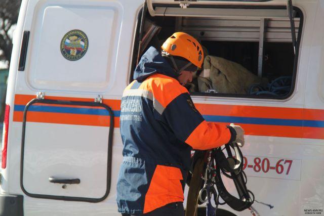 Спасатели эвакуировали водителя из просевшего в грязи автомобиля в Шпаковском районе