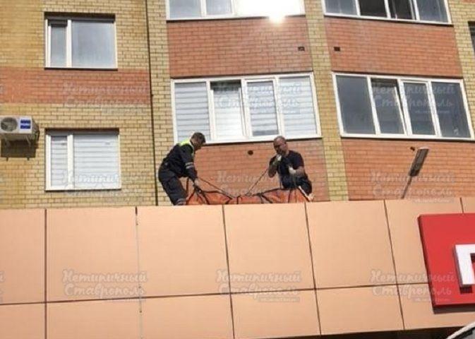 В Юго-Западном районе Ставрополя женщина выпала из окна многоэтажного дома