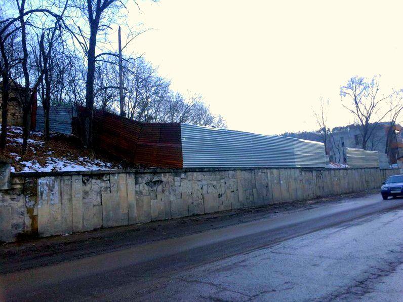 В Кисловодске застройщик незаконно оградил земельный участок и вырубил там деревья