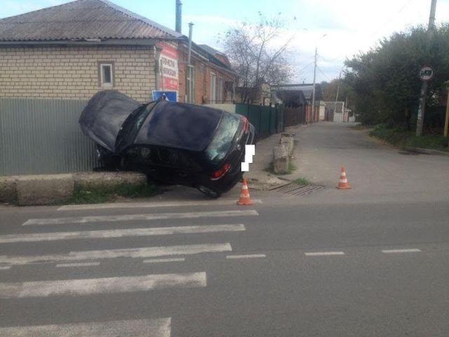 В Ставрополе водитель иномарки врезался в забор, пострадала76-летняя женщина