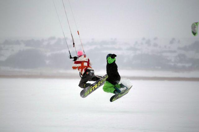На льду озера Вшивого в Шпаковском районе ставропольские экстремалы занялись сноукайтингом