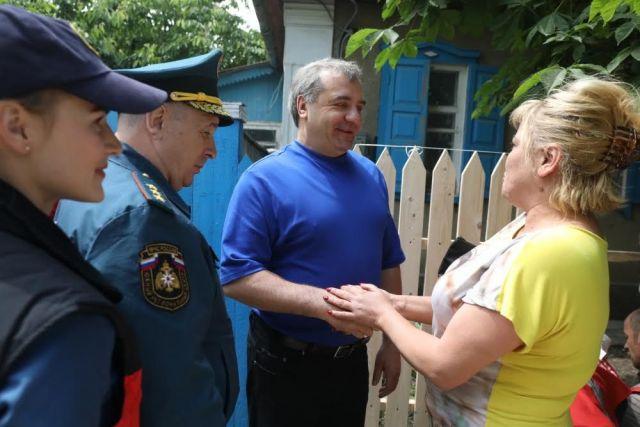 Жители подтопленного села Левокумка поблагодарили спасателей