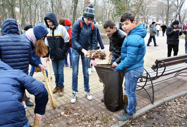 Жители Ставрополя вышли на первый весенний субботник