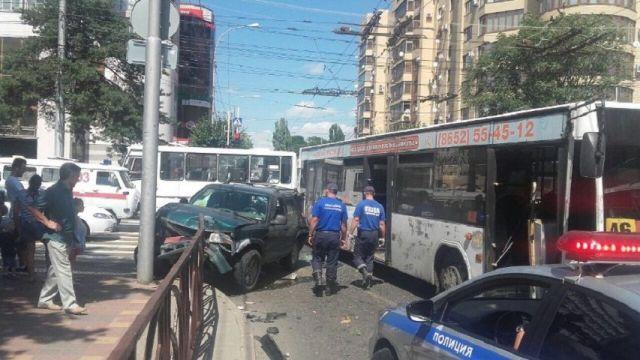 В центре Ставрополя столкнулись пассажирский автобус и внедорожник
