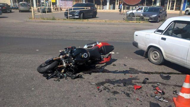 В Пятигорске водитель легковушки врезался в мотоциклиста, есть погибший