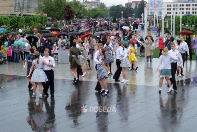 На Александровской площади под песню «Синий платочек» ставропольцы станцевали вальс