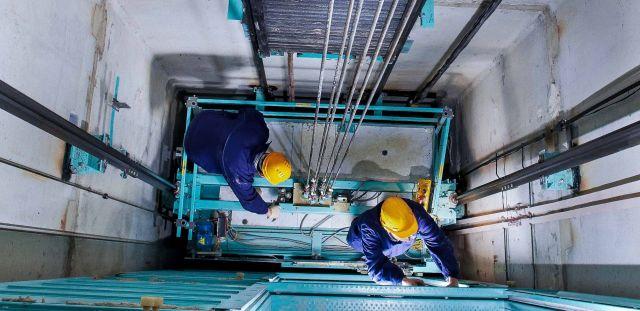 Ставропольцам предложили самостоятельно «придумать», за какие средства менять старые лифты на новые