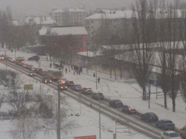 Из-за выпавшего ночью снега и гололёда жители Ставрополя утром попали в пробки