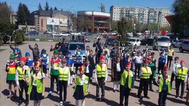 Праздничным флешмобом отметили День жезла ЮИДовцы Ставрополья