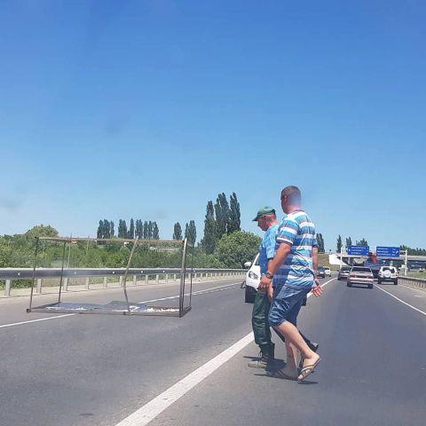 В Ставрополе на автомобильную дорогу попал металлический каркас