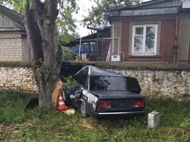 В Кисловодске подросток на неисправном авто врезался в дерево