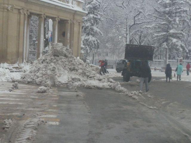 В Ессентуках борются с последствиями снегопада