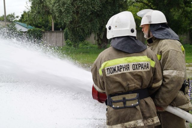 Ставропольские пожарные потушили автомобиль, загоревшийся во время движения