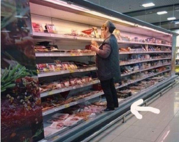 Пятигорская продавщица без стеснения забралась на прилавок с мясными полуфабрикатами