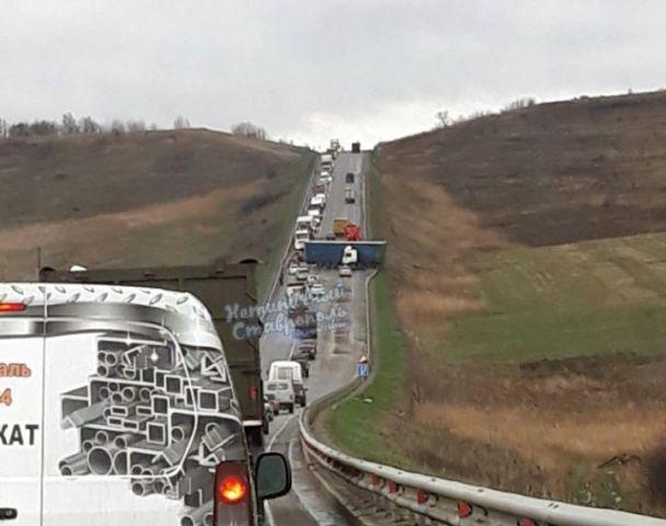 Вблизи Ставрополя фуру развернуло на скользкой дороге
