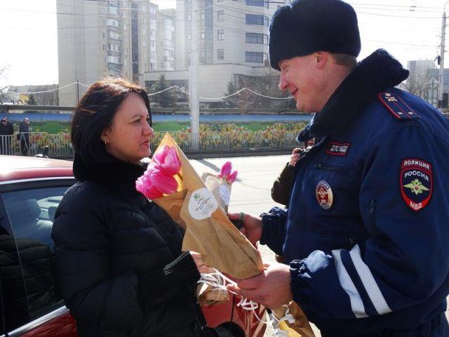 «Цветочные патрули» в канун главного женского дня возглавили главные автоинспекторы Ставрополья