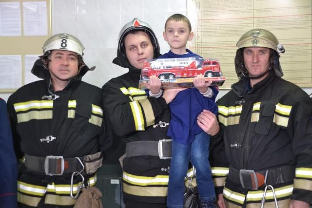 Сотрудники краевого управления МЧС России осуществили новогоднюю мечту пятилетнего ребёнка