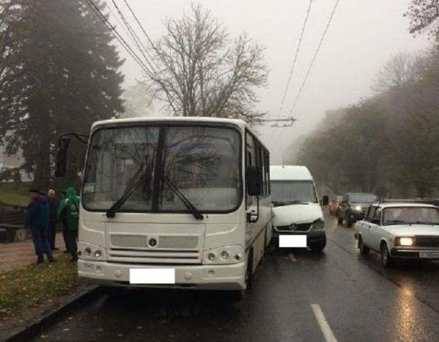 В Ставрополе маршрутка въехала в автобус, пострадали 5 человек