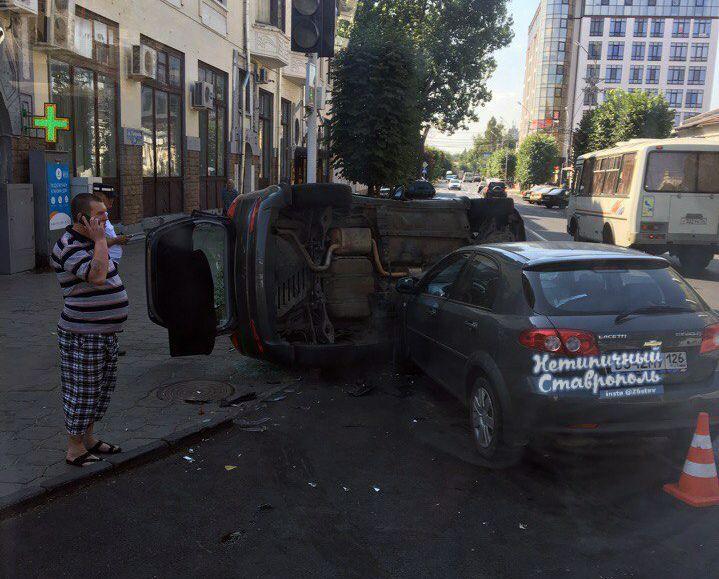 В центре Ставрополя в результате ДТП перевернулся автомобиль
