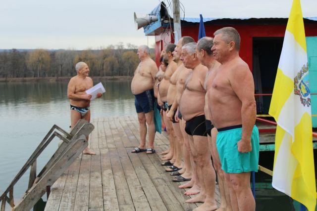 20 ессентукских «моржей» устроили заплыв в городском озере