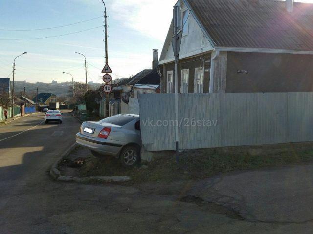 В Ставрополе водитель легковушки снёс забор частного дома