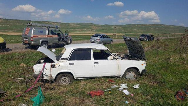 На Ставрополье перевернулся автомобиль, двое пострадавших