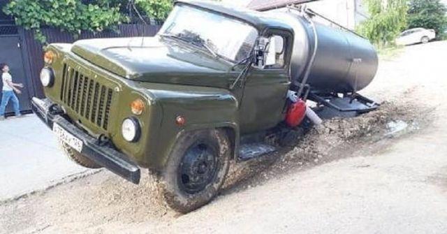 В Пятигорске ассенизаторская машина провалилась в дорожную яму