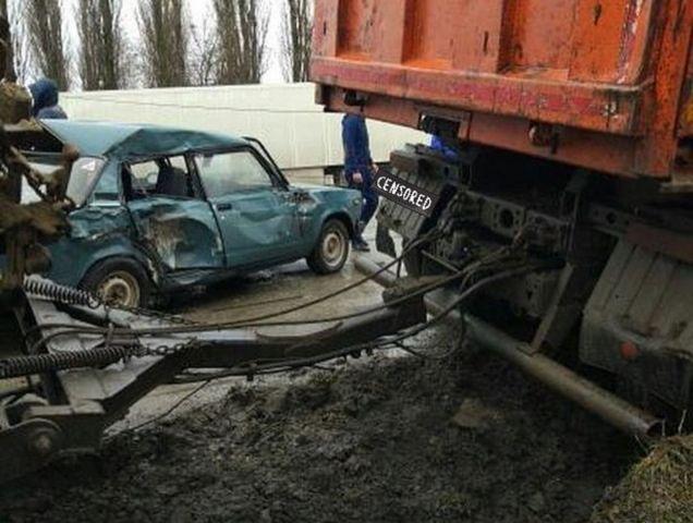 В Ставрополе грузовик снёс столб и легковушку