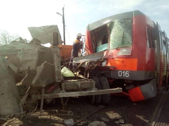 На Ставрополье пассажирская электричка врезалась в «КамАЗ»