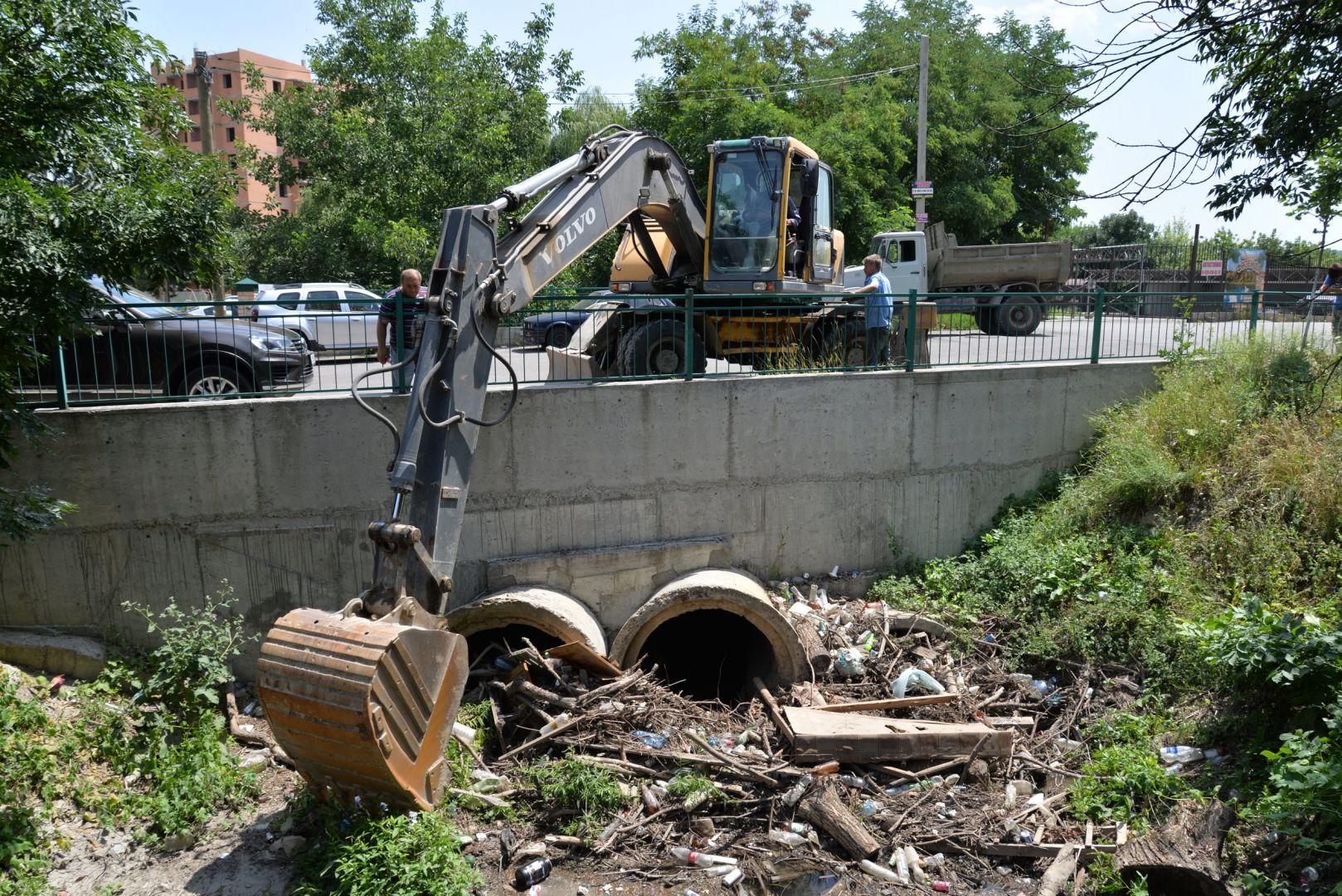 Кубометры бытовых отходов достали коммунальщики Ессентуков из русла ручья Капельного