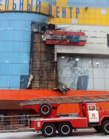 В Пятигорске загорелся фасад торгового центра
