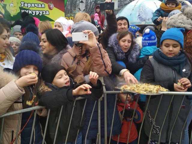 Блины с лопат традиционно раздавали в Ставрополе в последний день Масленицы