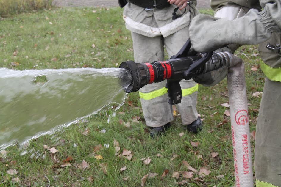 Ставропольские пожарные потушили комбайн, загоревшийся во время сбора урожая