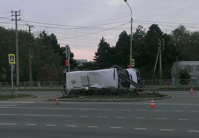 В Ставрополе пытавшийся скрыться от погони автомобиль врезался в автобус: два человека погибли