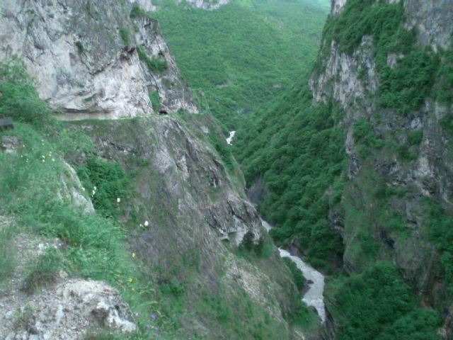 В окрестностях Кисловодска мужчина упал со скалы