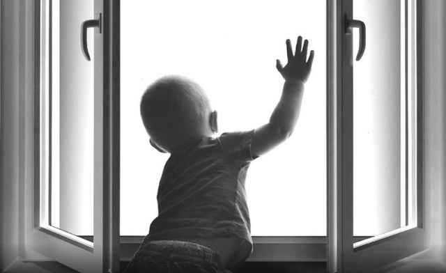 В Михайловске 3-летний мальчик выпал из окна квартиры