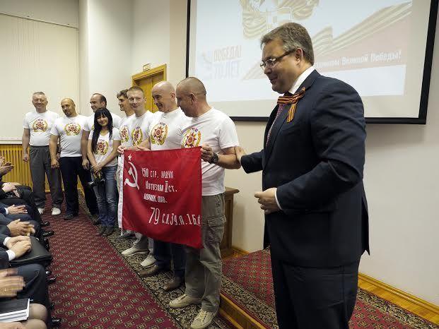 Ставропольцы установили на Эльбрусе Знамя Победы