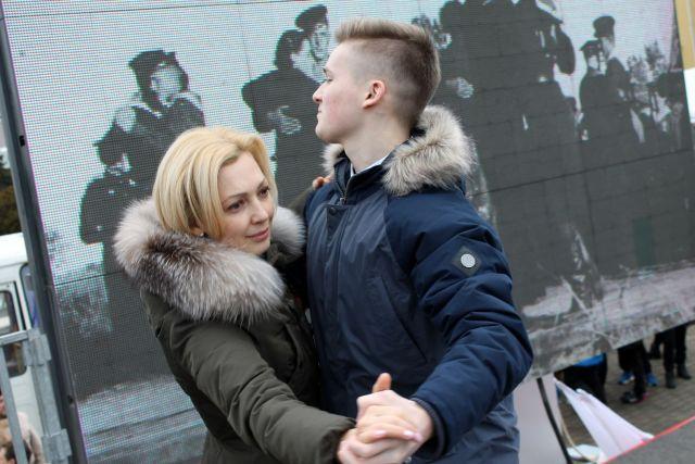На патриотическом митинге в Ставрополе станцевали «Случайный вальс»