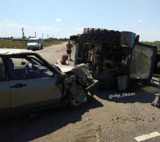 На Ставрополье трактор перевернулся после удара с легковушкой