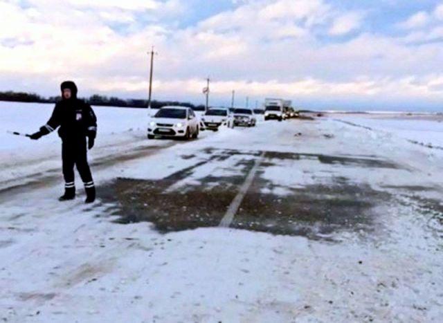 Ставропольские автоинспекторы помогли водителям на заснеженной дороге