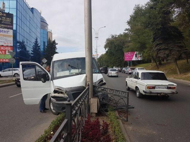 В соцсетях появилась запись видеорегистратора из маршрутки, которая врезалась в столб в Пятигорске
