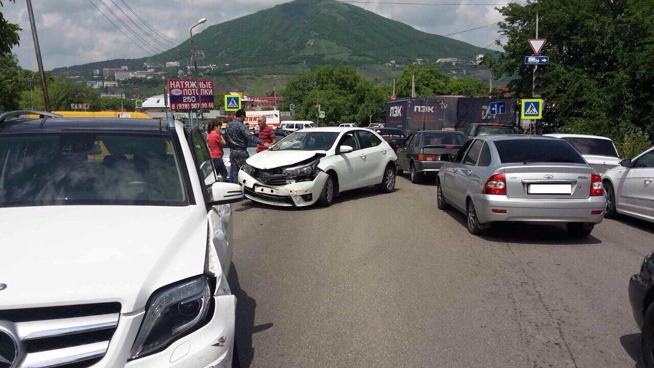 ВПятигорске фургон столкнулся ссемью автомобилями