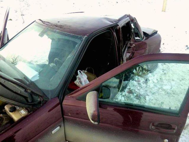 Автомобиль «Лада Приора» врезался в дерево на Ставрополье