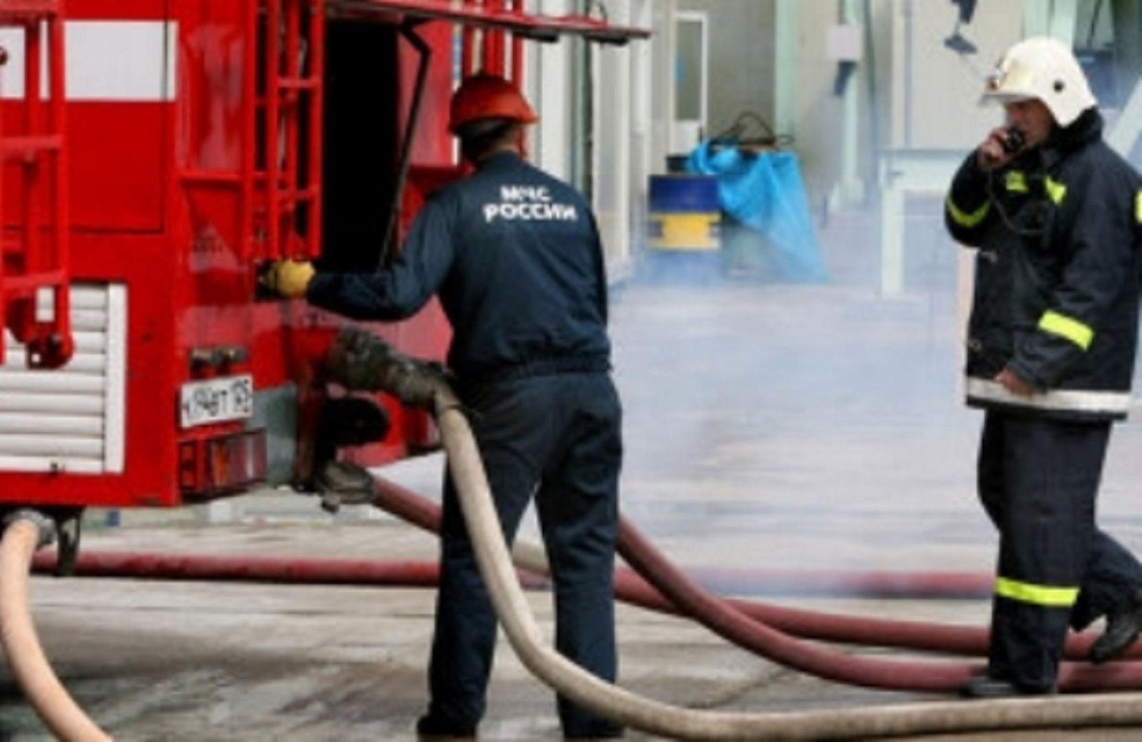 В Пятигорске на территории хлебокомбината горит складское помещение