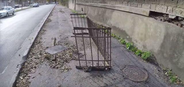 В Ставрополе проржавевший металлический балкон упал на тротуар