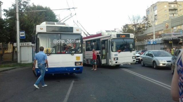 В Ставрополе столкнулись троллейбус и маршрутка с автобусом